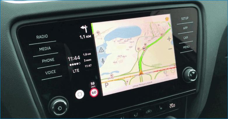 Навигатор запущенный с помощью Apple Carplay на дисплее автомобиля